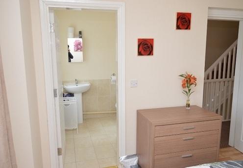 2 CC_Room 3 ensuite-f